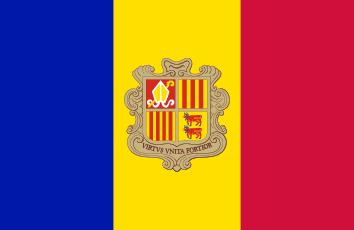 Niebiesko-żółto-czerwona flaga w pionowe pasy z herbem po środku