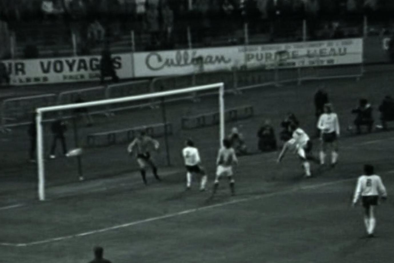 Nie upłynął nawet kwadrans, a gospodarze już cieszyli się z gola. Z rzutu wolnego dośrodkował kapitan Trójkolorowych Jean-Michel Larqué, a piłkę do siatki wpakował głową długowłosy Robert Pintenat.