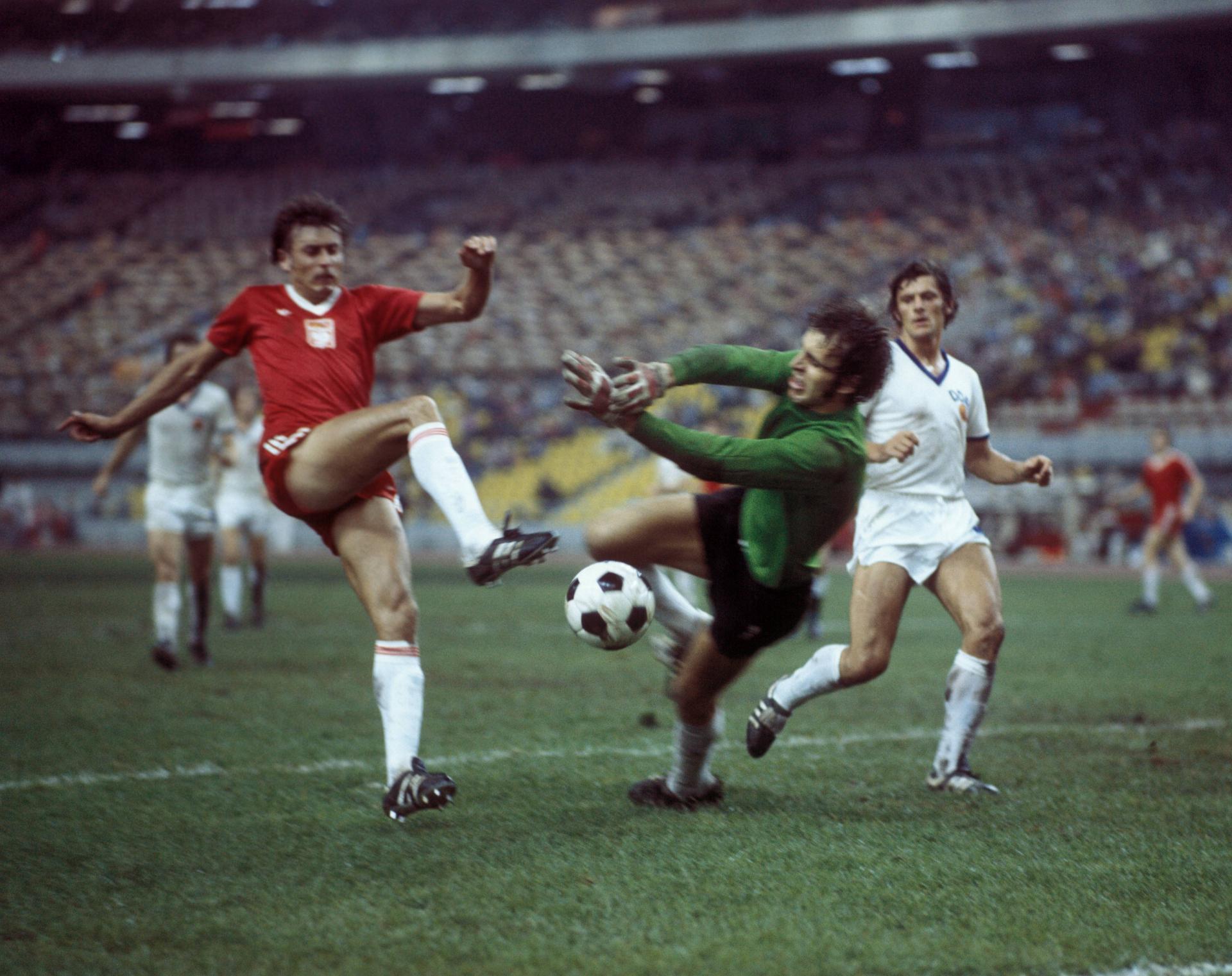 W meczu z NRD biało-czerwoni oddali na bramkę rywali aż 35 strzałów, a tylko jeden okazał się celny. W tej sytuacji Kazimierz Kmiecik też nie pokonał Jürgena Croya.