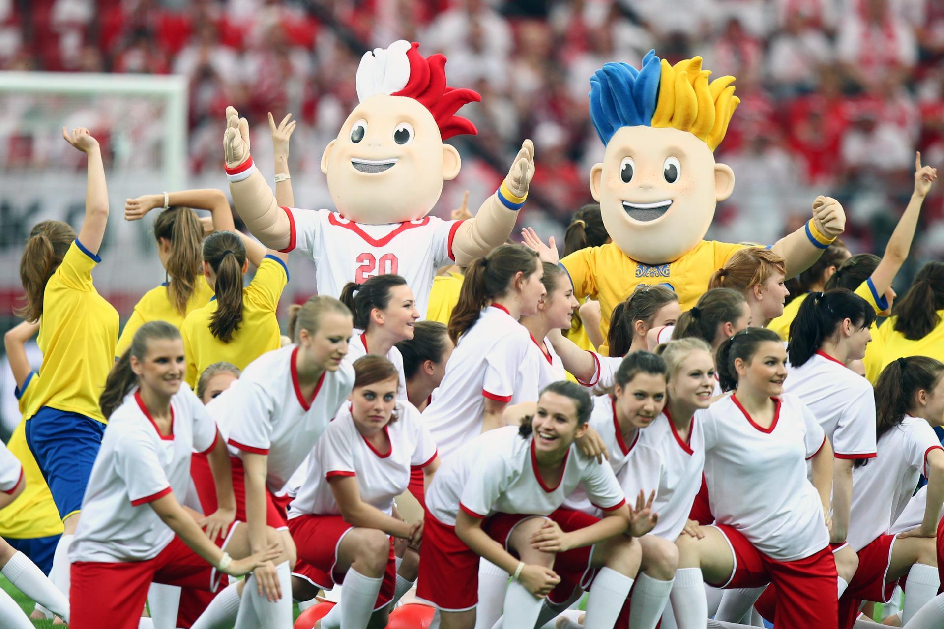 Dzieci i maskotki Euro 2012 podczas ceremonii otwarcia turnieju