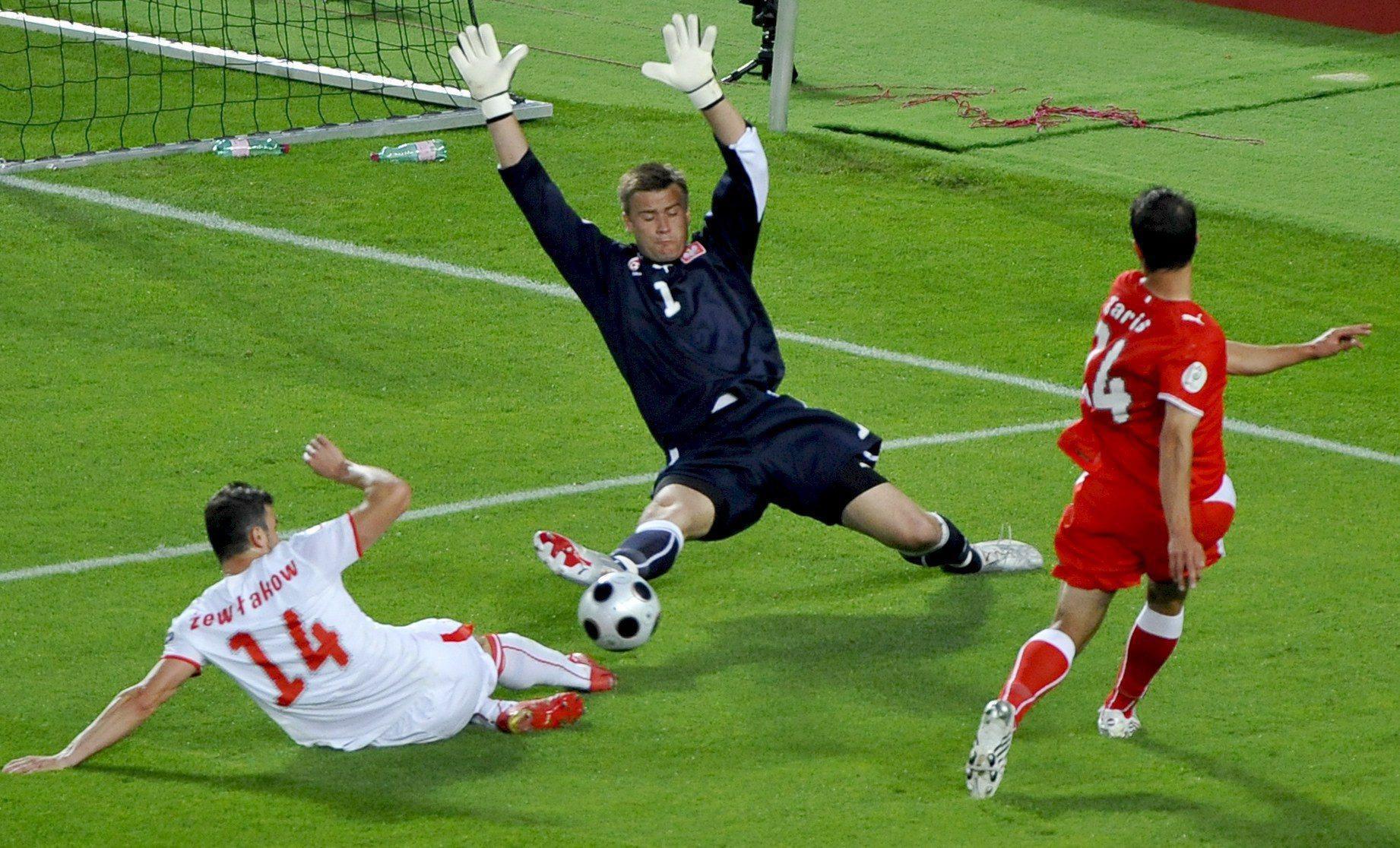 Artur Boruc interweniuje w meczu z Austrią.