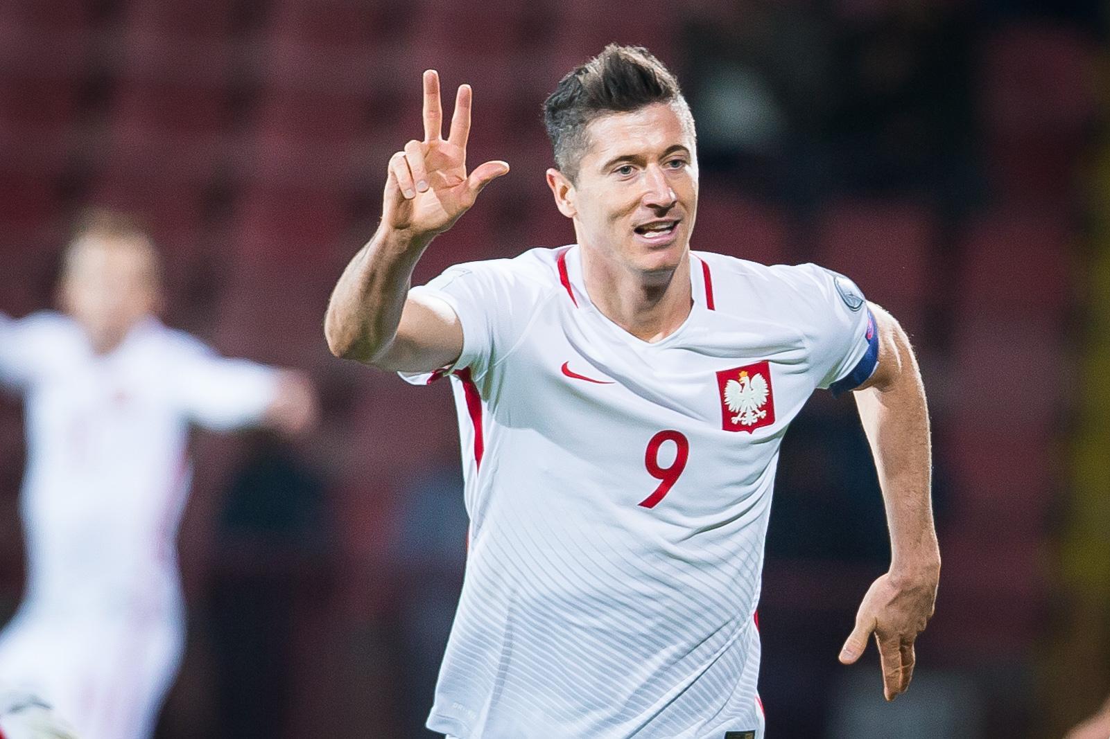 Robert Lewandowski pokazuje na palcach 3. Tyle goli strzelił w Erywaniu kapitan naszej reprezentacji.