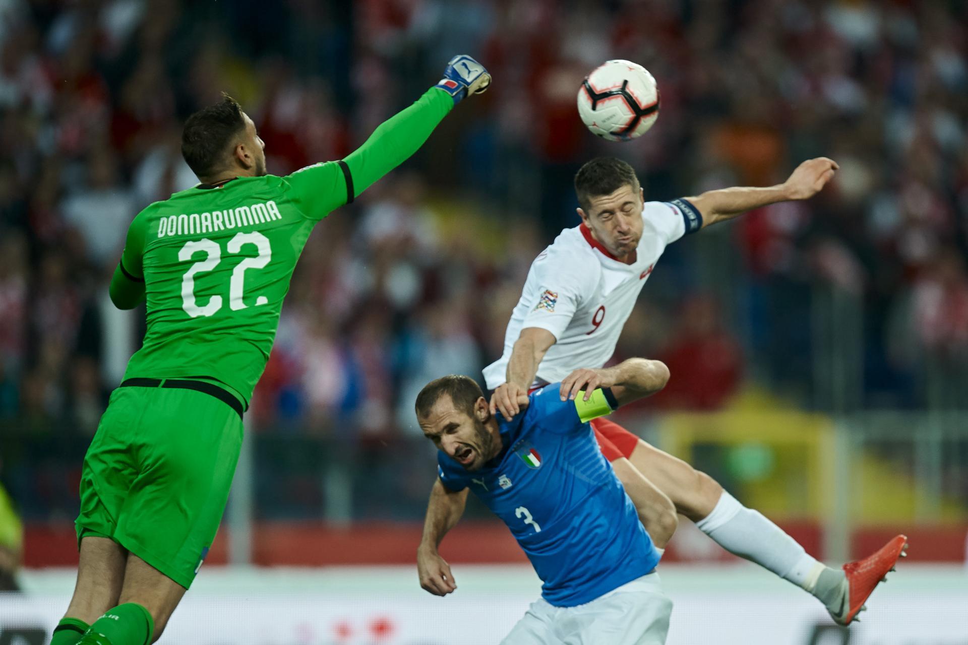 Włoski bramkarz Gianluigi Donnarumma próbuje uprzedzić Roberta Lewandowskiego w powietrznej walce. Polaka blokuje jeszcze obrońca Giorgio Chiellini.
