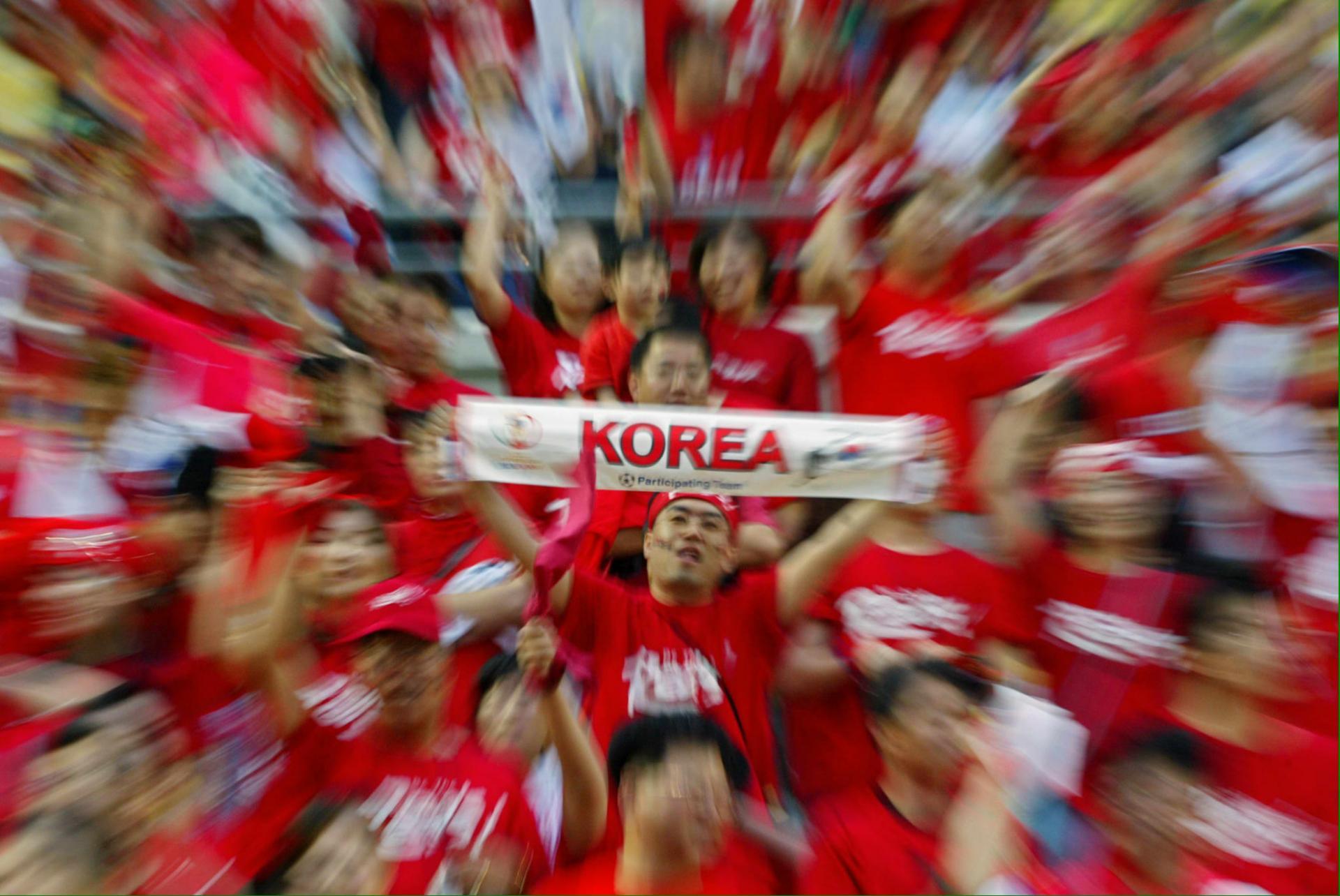 Kibic Korei Południowej z szalikiem reprezentacji. Zdjęcie zrobione na trybunach stadionu w Daegu.