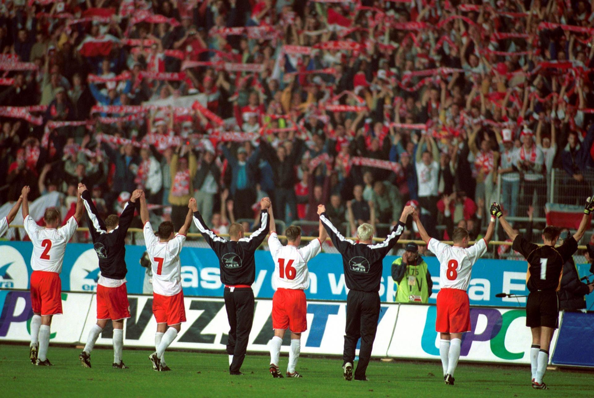 Polscy piłkarze dziękują kibicom za doping.