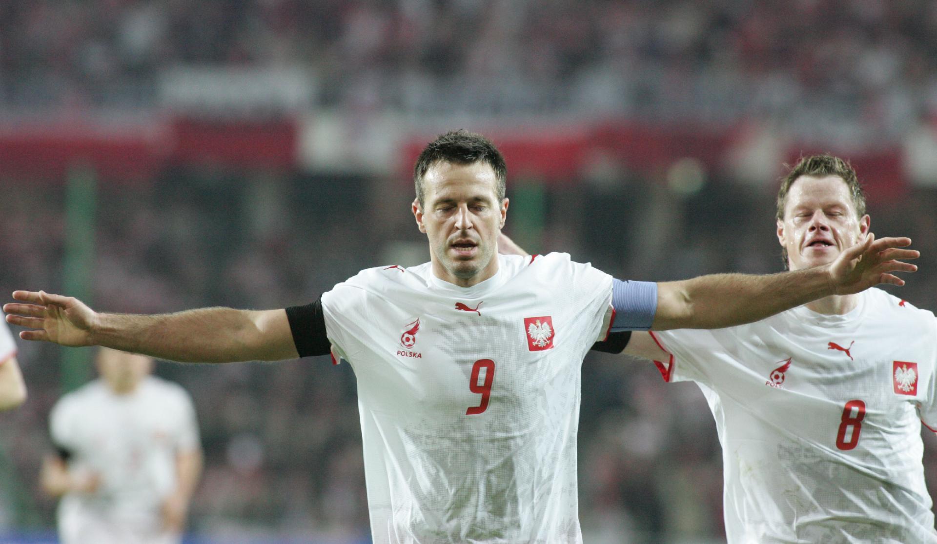 Maciej Żurawski z rozłożonymi rękoma. Kapitan biało-czerwonych chwilę wcześniej dał Polakom prowadzenie.
