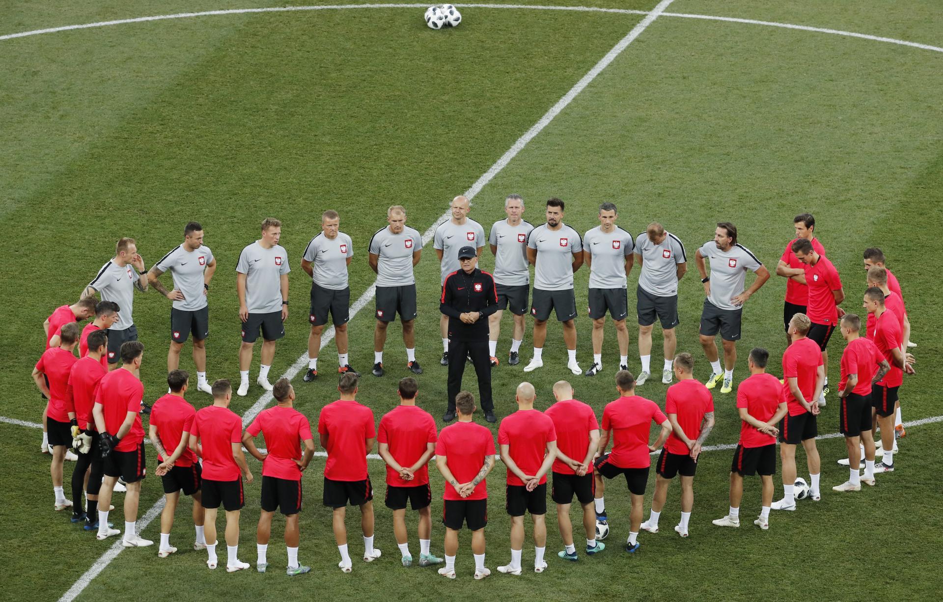 Piłkarze i członkowie sztabu wokół Adama Nawałki.