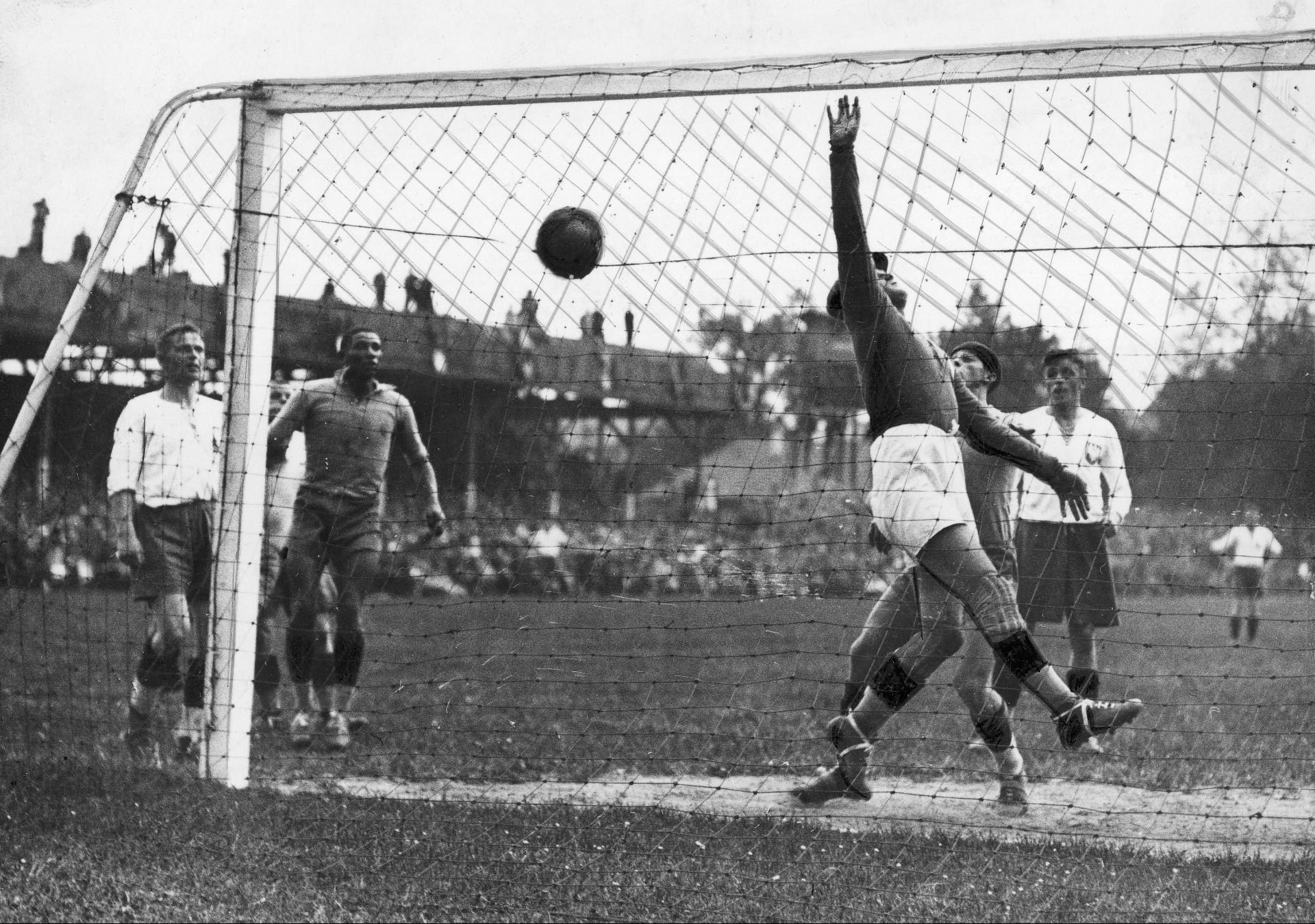 Edward Madejski sześć razy wyjmował piłkę z bramki w meczu Polska - Brazylia 5:6 na mistrzostwach świata 1938.