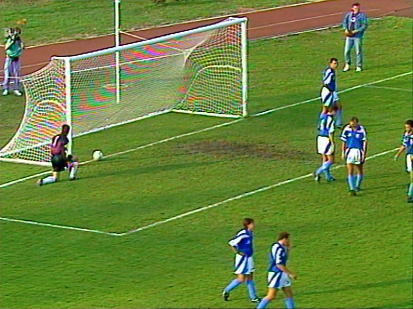 Piłka w bramce Izraela. Mecz towarzyski Polska - Izrael z 1992 roku, który został rozegrany w Mielcu.