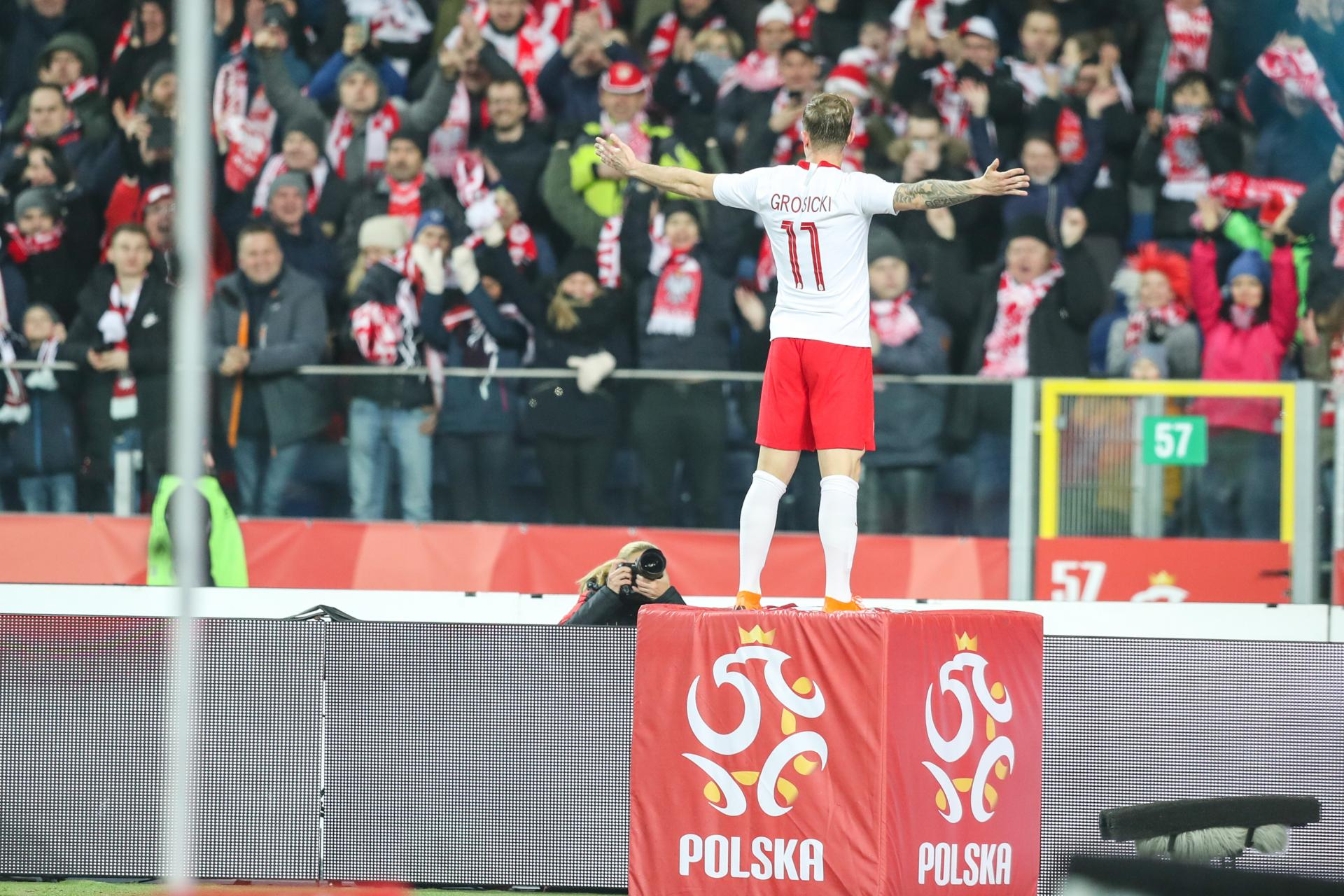 """Kamil Grosicki niczym Chrystus ze Świebodzina. """"Grosik"""" w taki sposób uczcił gola, którego strzelił w ostatnich sekundach pierwszej połowy."""
