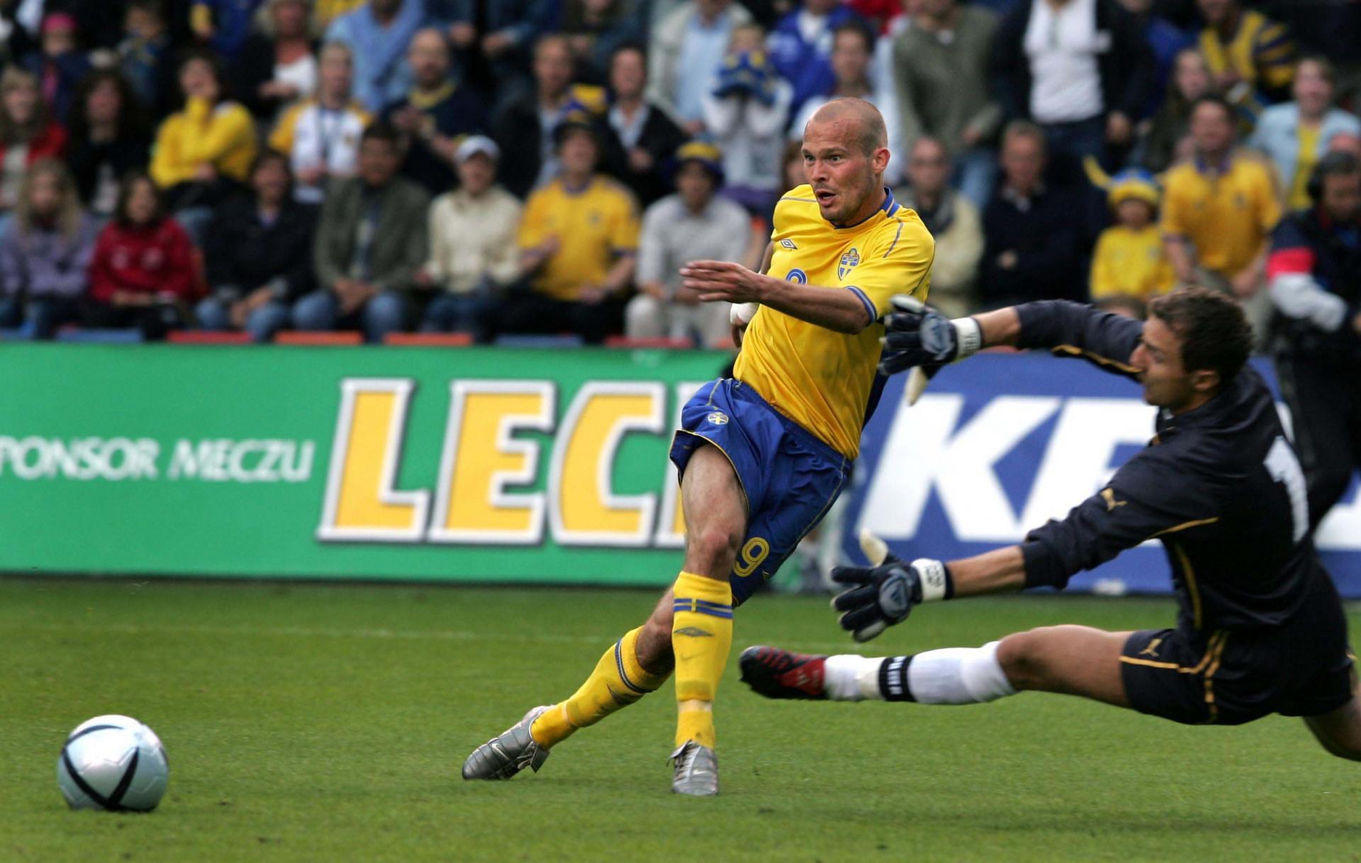 Fredrik Ljungberg próbuje zaskoczyć interweniującego Jerzego Dudka.