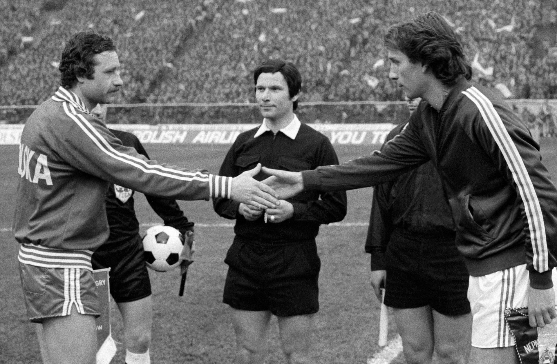 Przywitanie kapitanów obu drużyn, Antoniego Szymanowskiego i Tibora Nyilasiego. Między nimi sędzia Klaus Scheurell z NRD.
