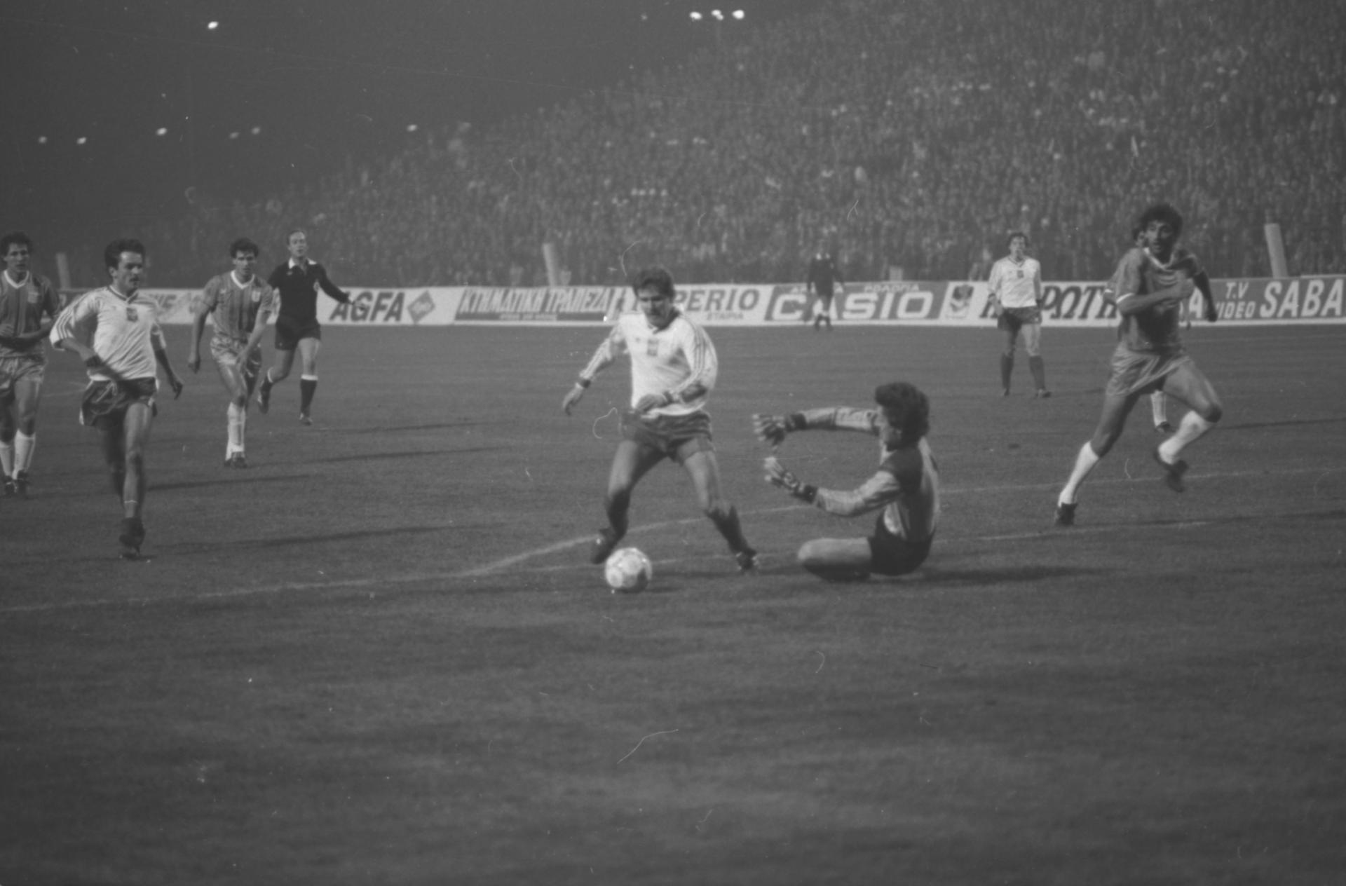 Włodzimierz Smolarek faulowany w polu karnym przez bramkarza Antoniosa Minou. Mecz Polska - Grecja w eliminacjach Euro 1988.