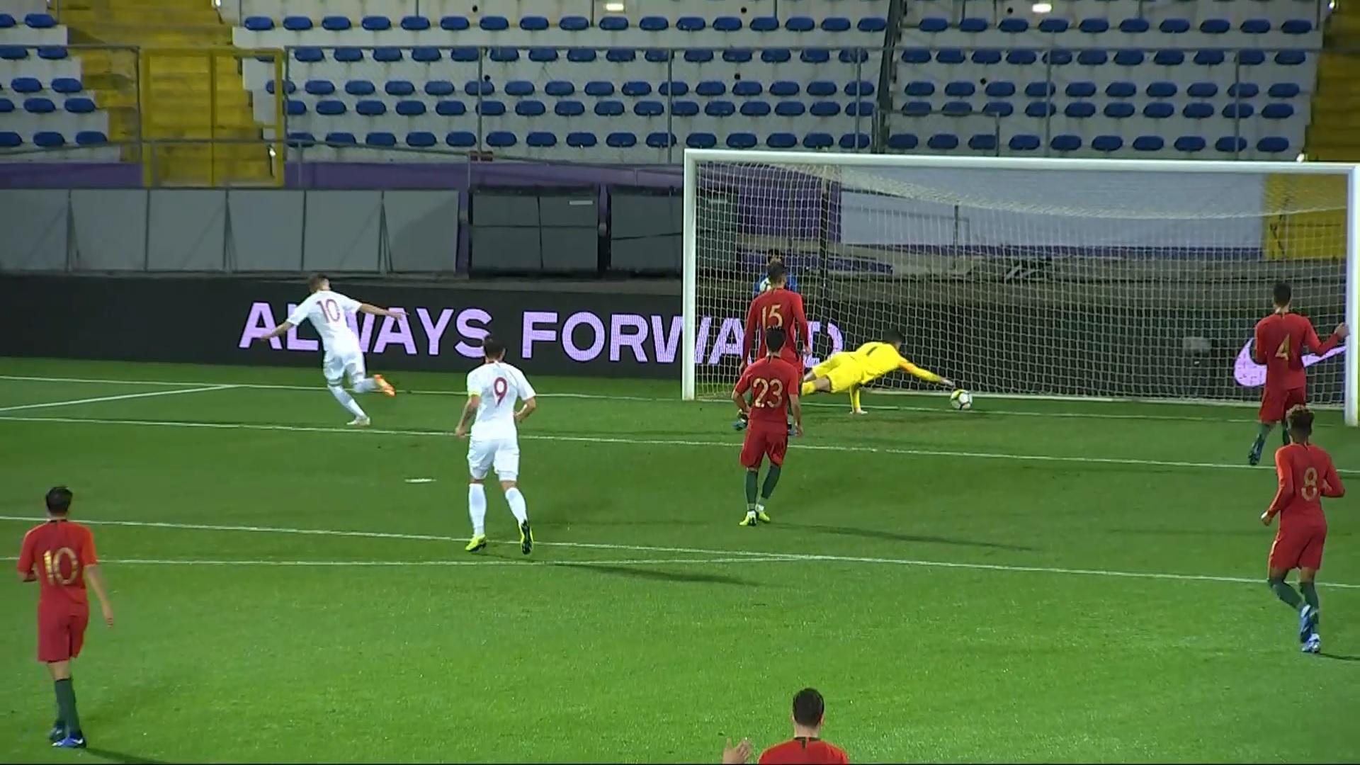 Sebastian Szymański strzela gola na 3:0 dla Polski do lat 21 w barażowym meczu z Portugalią w Chaves.