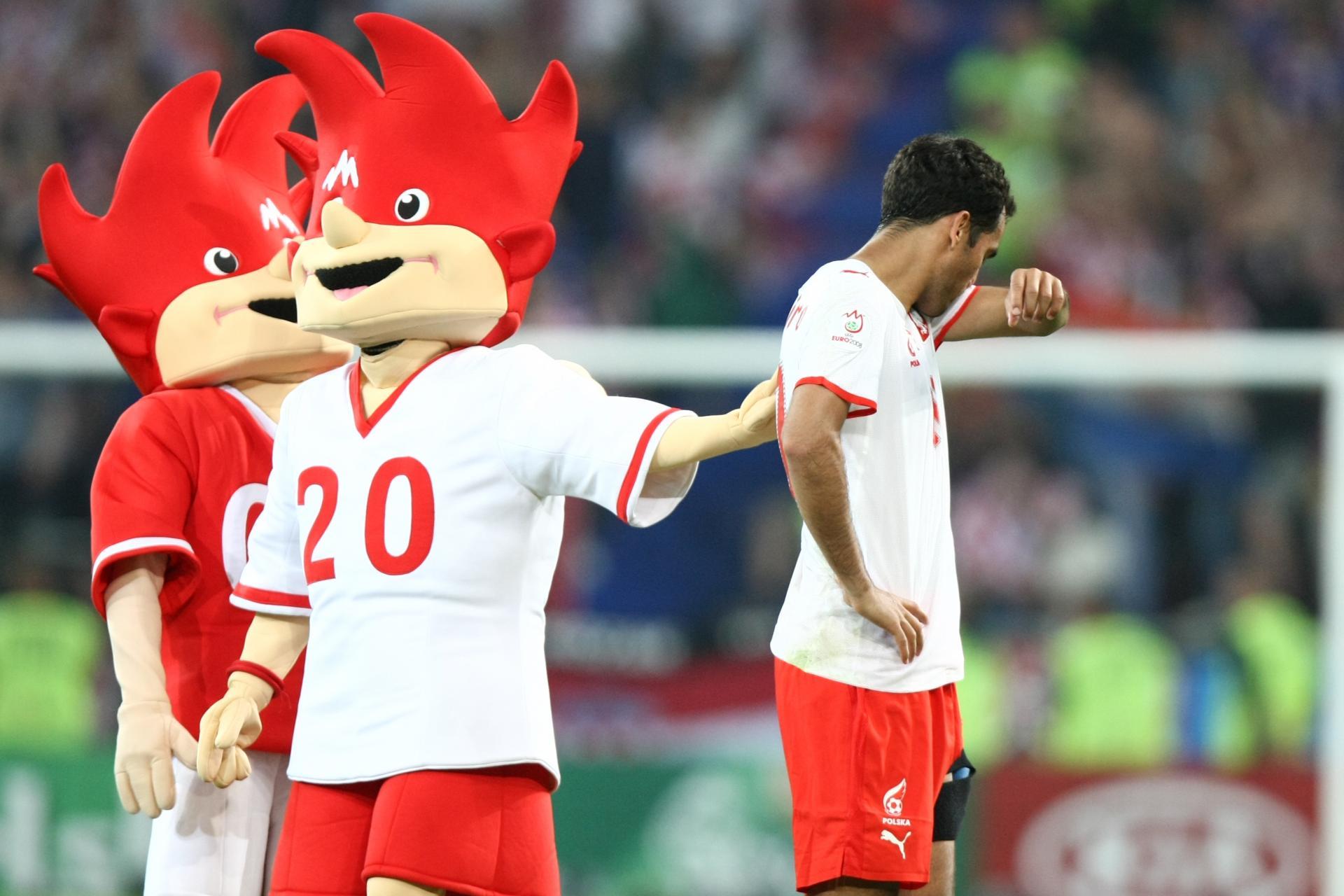Maskotki Euro 2008 Trix i Flix oraz smutny Roger Guerreiro.