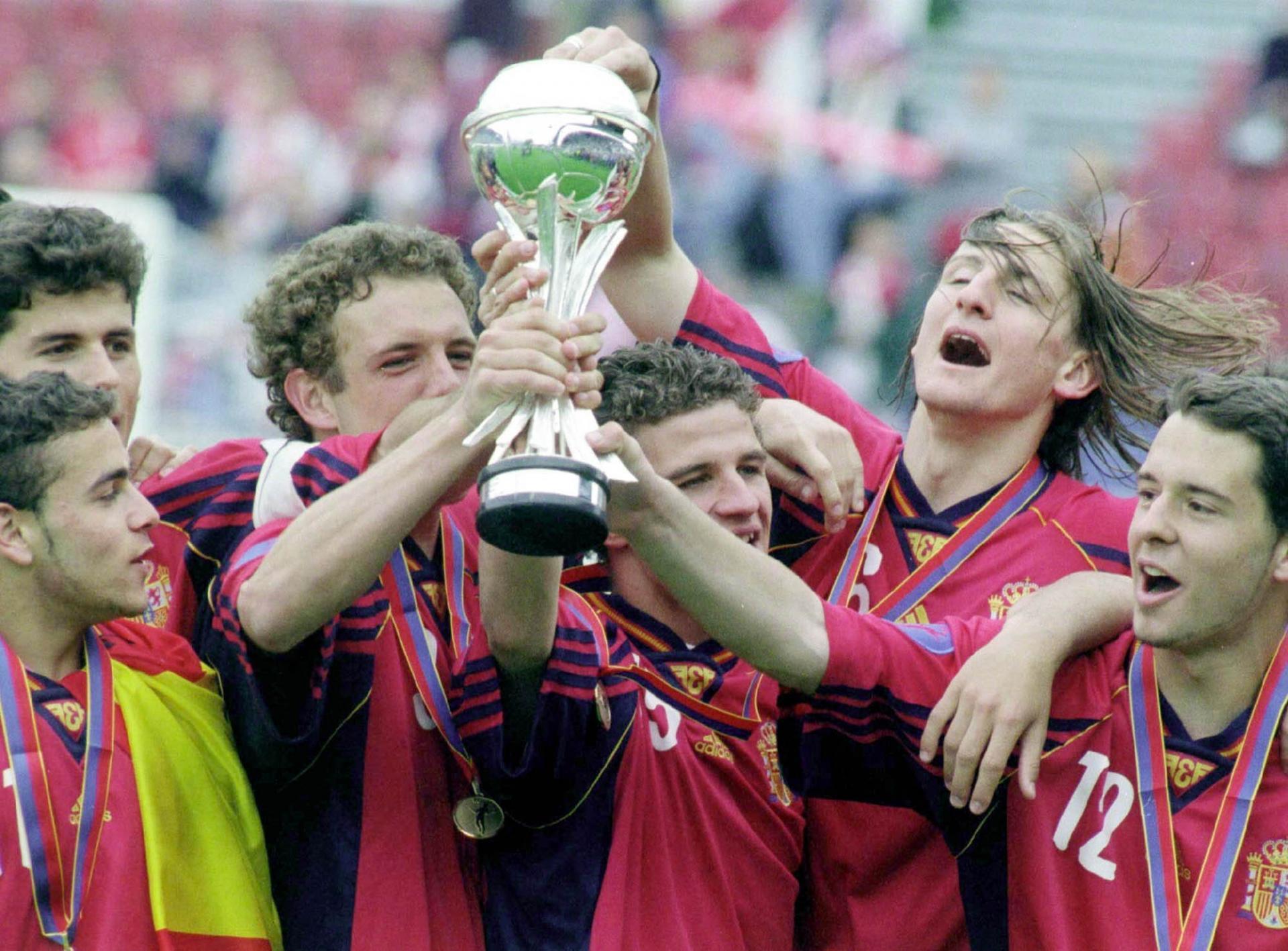 Hiszpania z pucharem za zwycięstwo w mistrzostwach Europy do lat 16 1999. W finale hiszpański zespół wygrał z Polską 4:1.