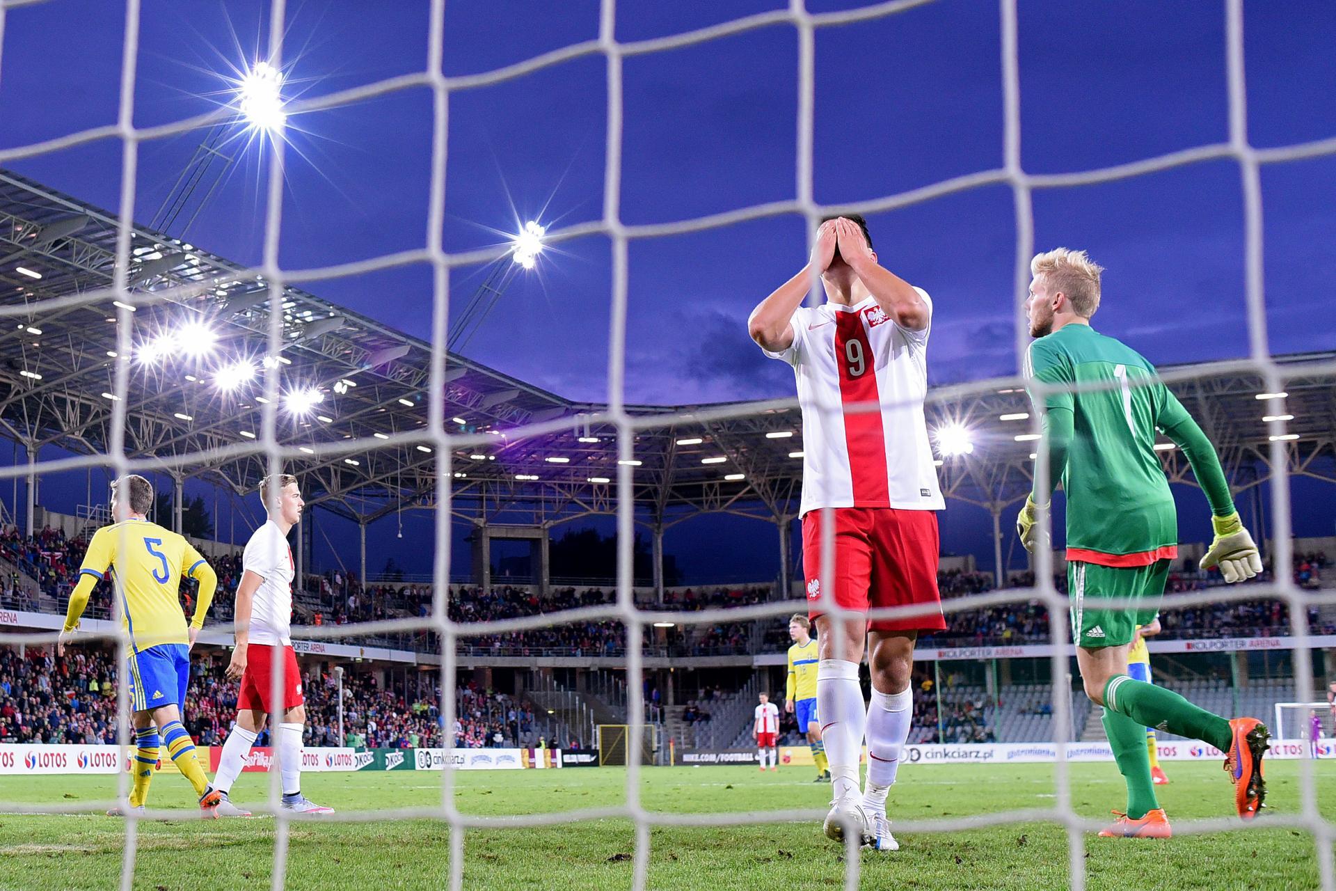 Mariusz Stępiński zakrywa dłońmi twarz po niewykorzystanej okazji w meczu ze Szwecją w Kielcach. Spotkanie drużyn do lat 21.