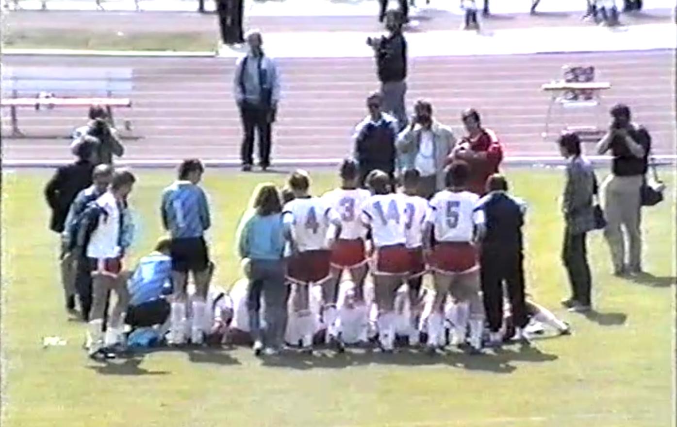 Grupowe zdjęcie reprezentacji Polski do lat 16 - brązowych medalistów mistrzostw Europy 1990.