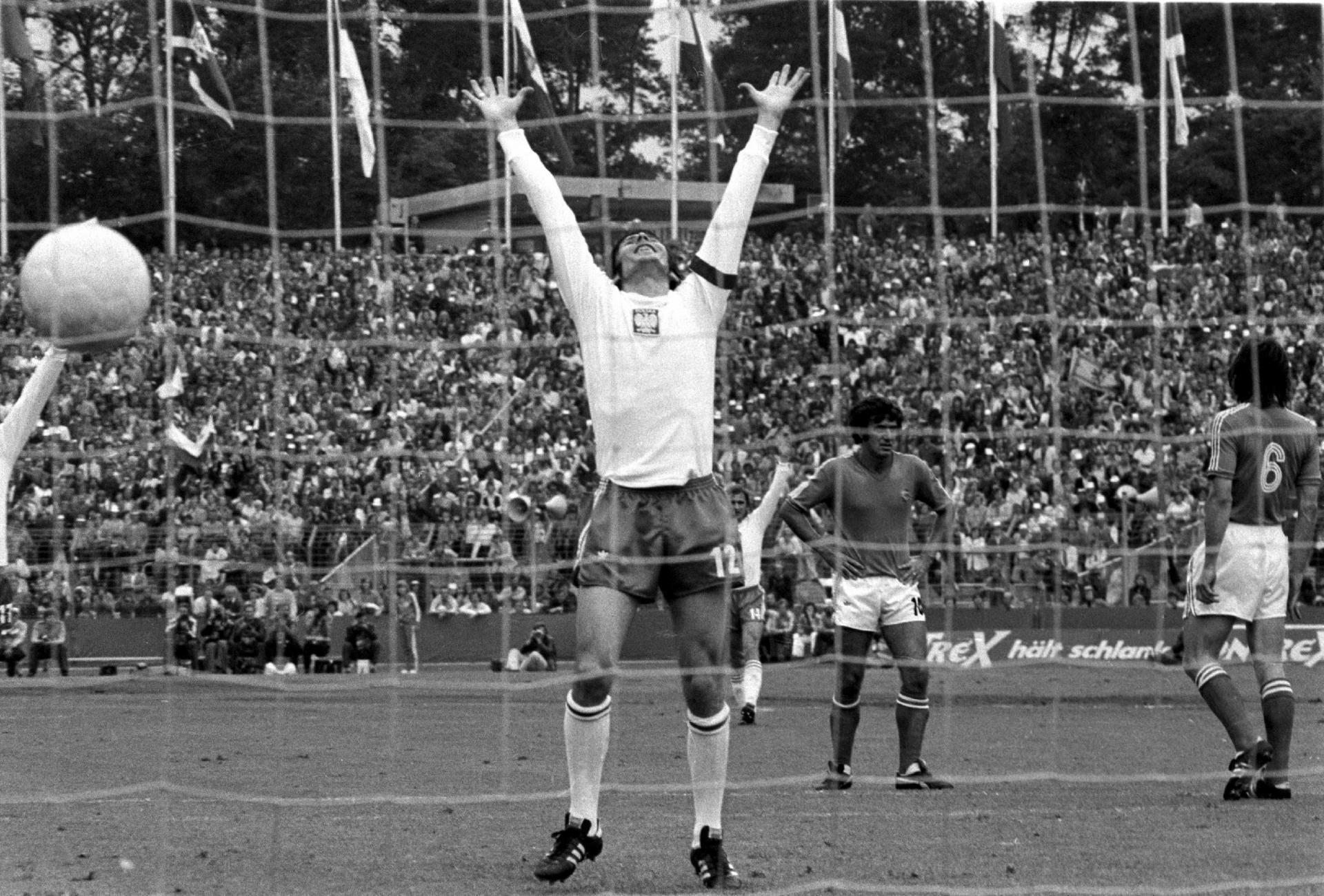 Kazimierz Deyna unoszący ręce w geście triumfu po golu strzelonym Jugosławii na MŚ 1974.