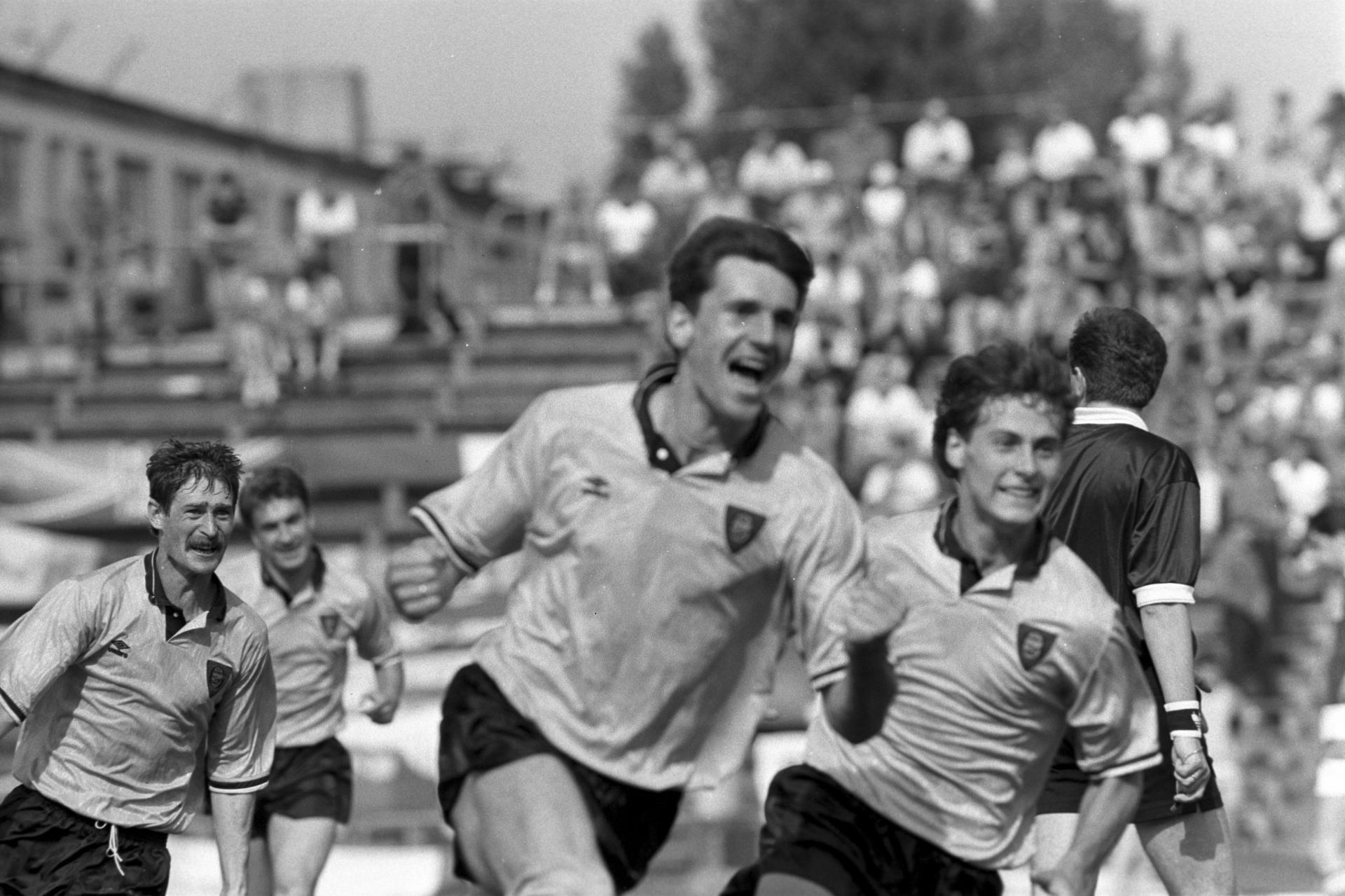 Uradowany Andrzej Lesiak po zdobyciu jedynej bramki w finale Pucharu Polski przeciwko Legii Warszawa w 1991 roku.