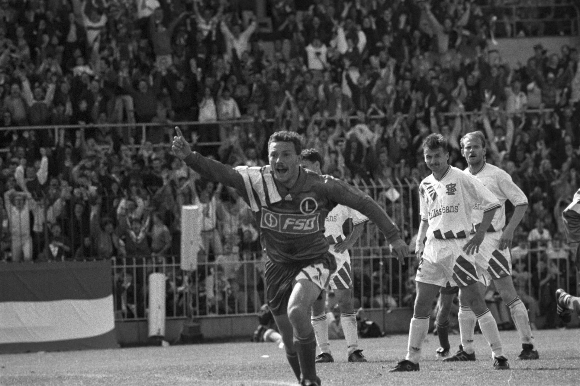 Radość Wojciecha Kowalczyka po strzeleniu pierwszego gola ŁKS-owi Łódź w finale Pucharu Polski 1993/1994.