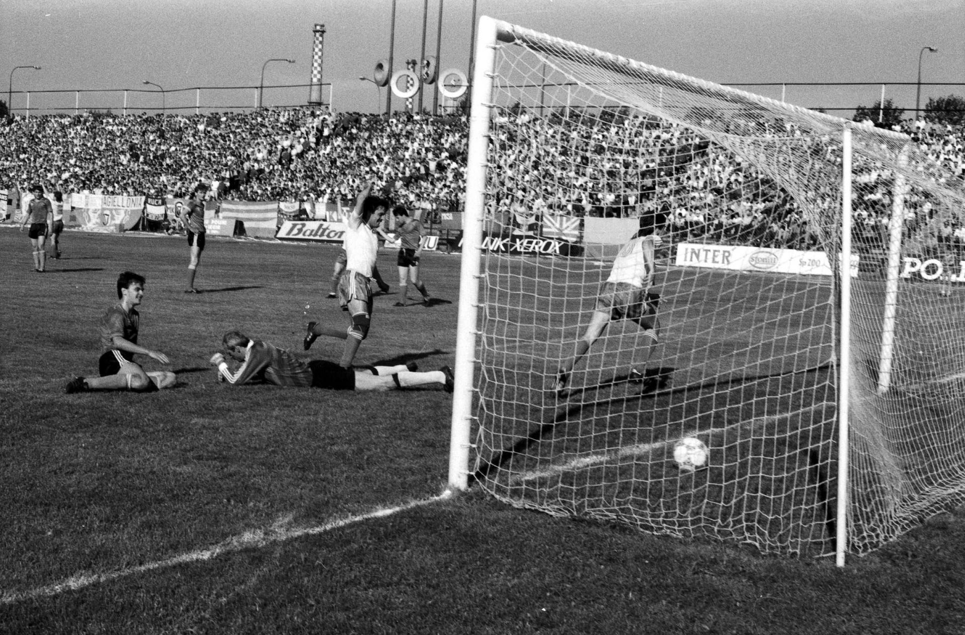 Dariusz Dziekanowski strzela gola dla Legii Warszawa w finale Pucharu Polski z Jagiellonią Białystok (5:2) 24 czerwca 1989 roku.