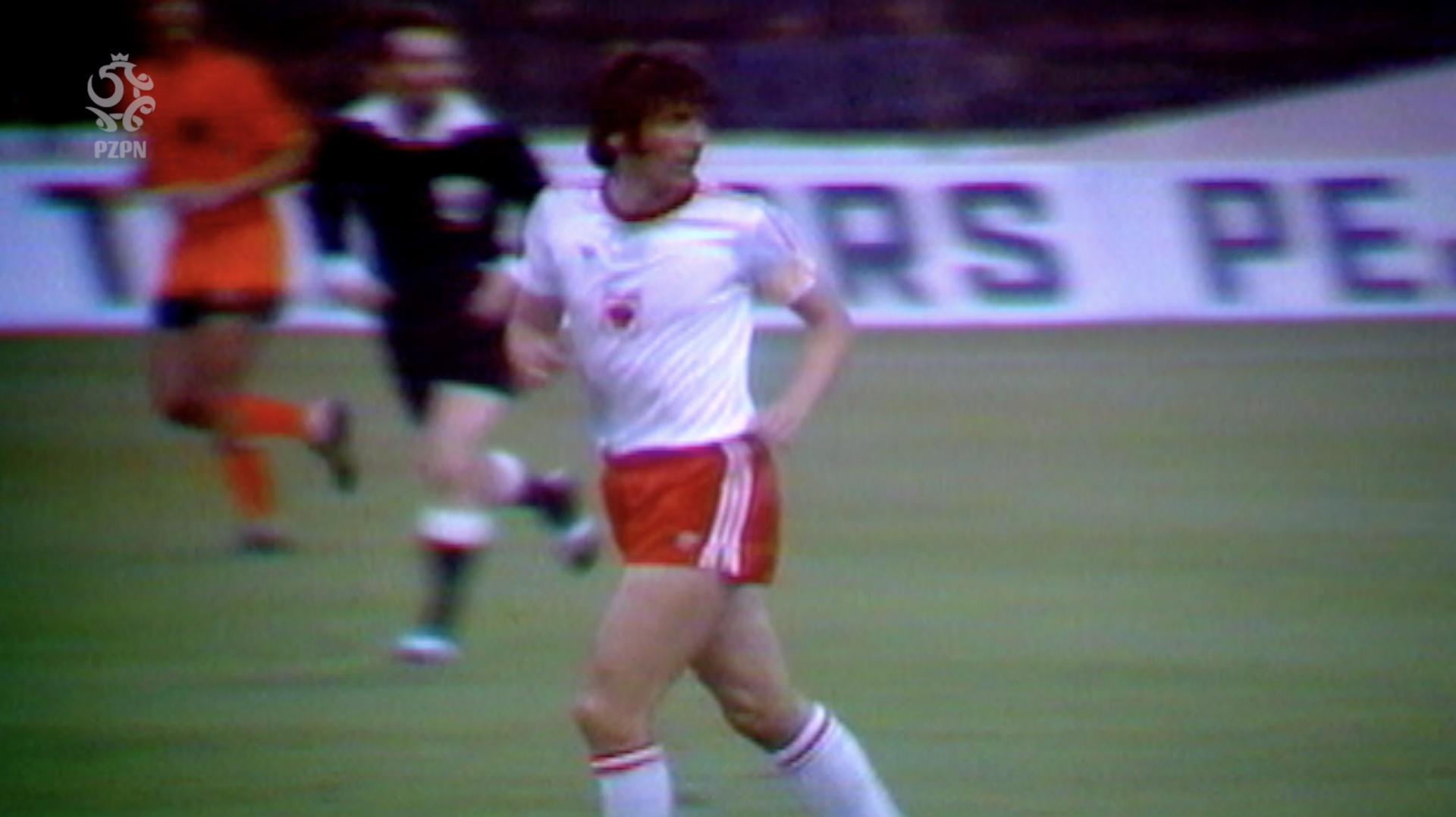 Kazimierz Deyna biegnie w biało-czerwonym stroju, za nim sędzia i jeden z Holendrów