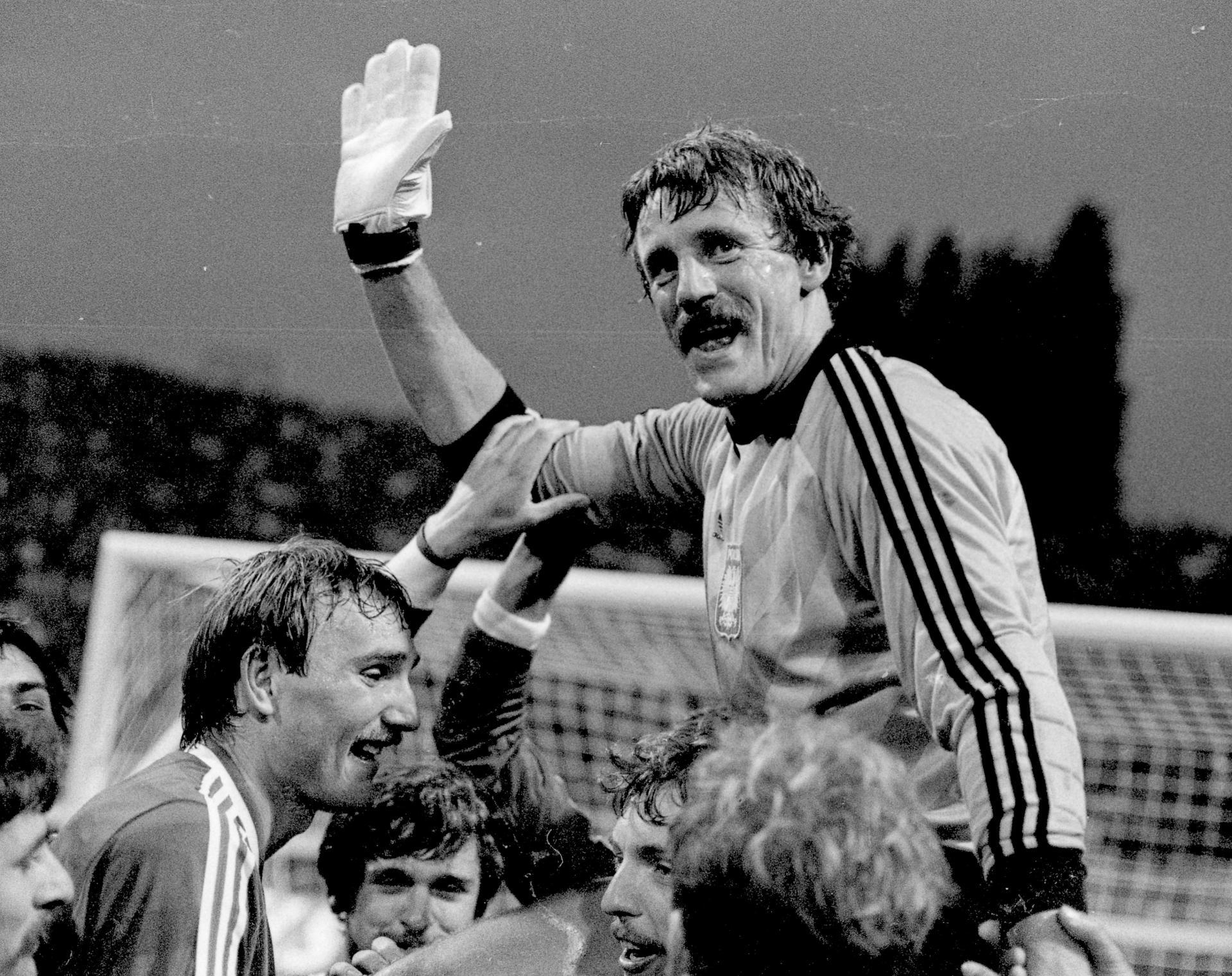 Józef Młynarczyk po wygranej z Belgią na rękach kolegów.