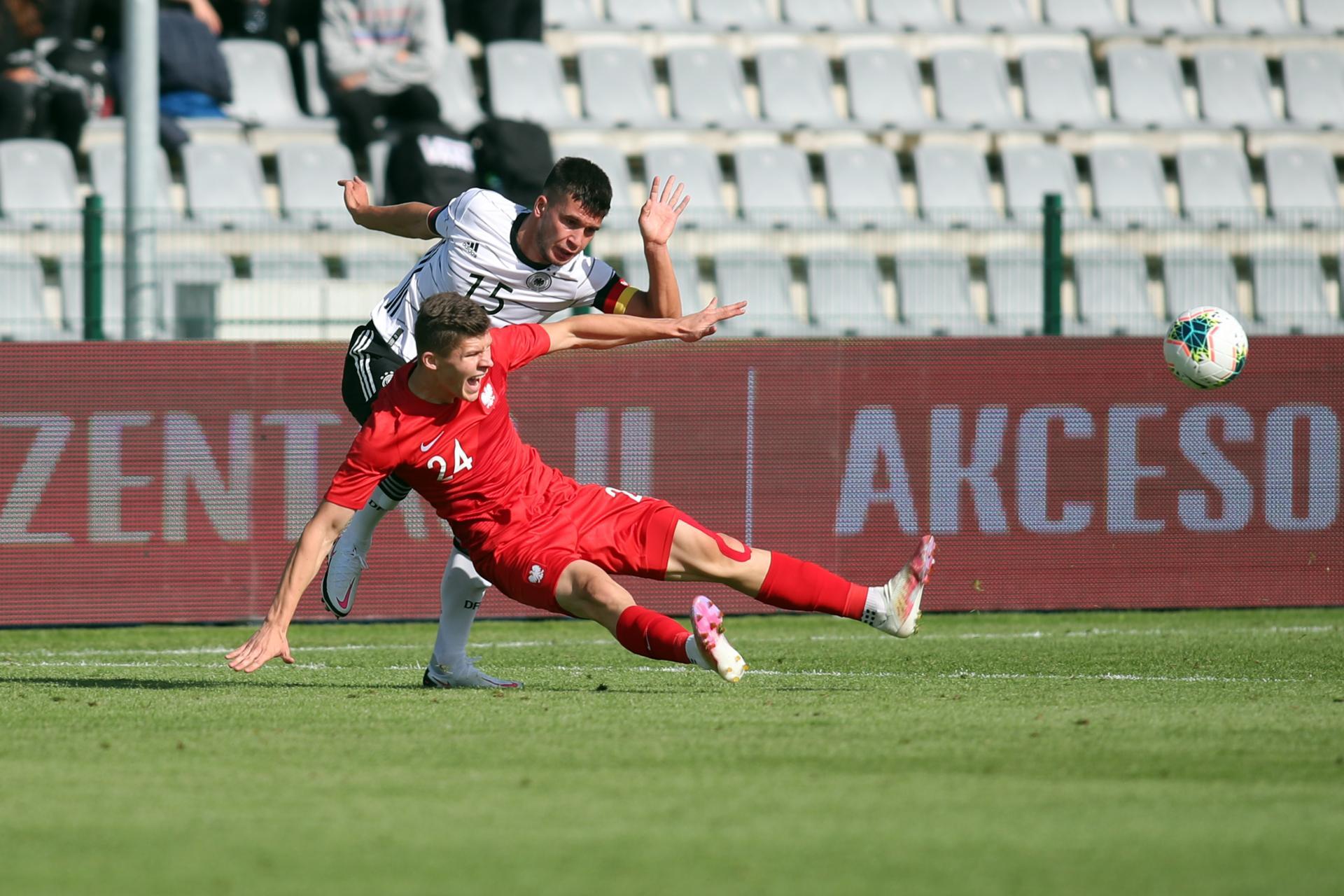 Mehmet-Can Aydin w starciu z Hubertem Turskim w meczu Polska - Niemcy drużyn do lat 19.