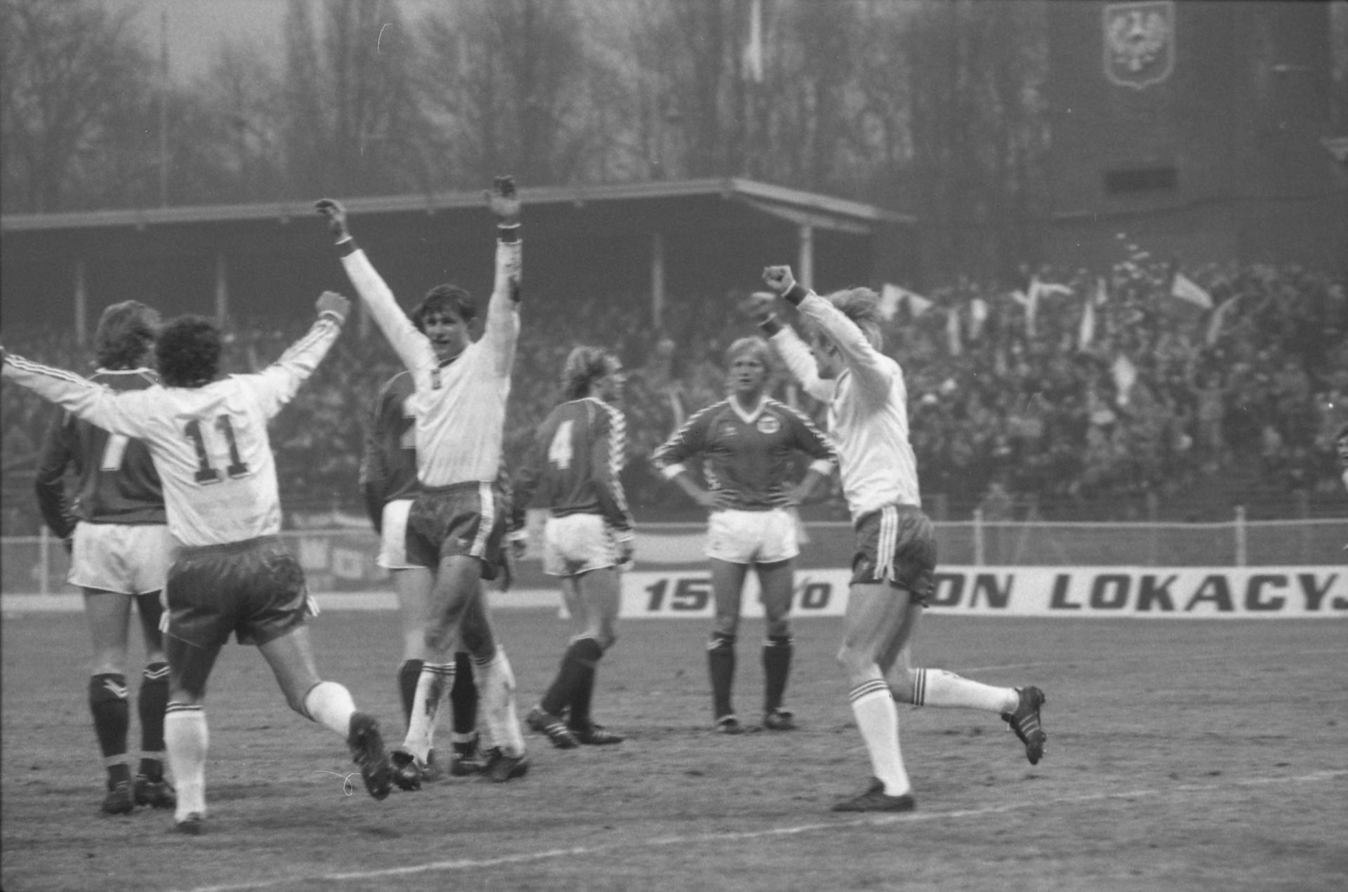 Uradowany Paweł Król. Polacy zdobyli przed chwilą drugą bramkę w meczu towarzyskim przeciwko Norwegii. 24 marca 1987 roku, Stadion Olimpijski we Wrocławiu.