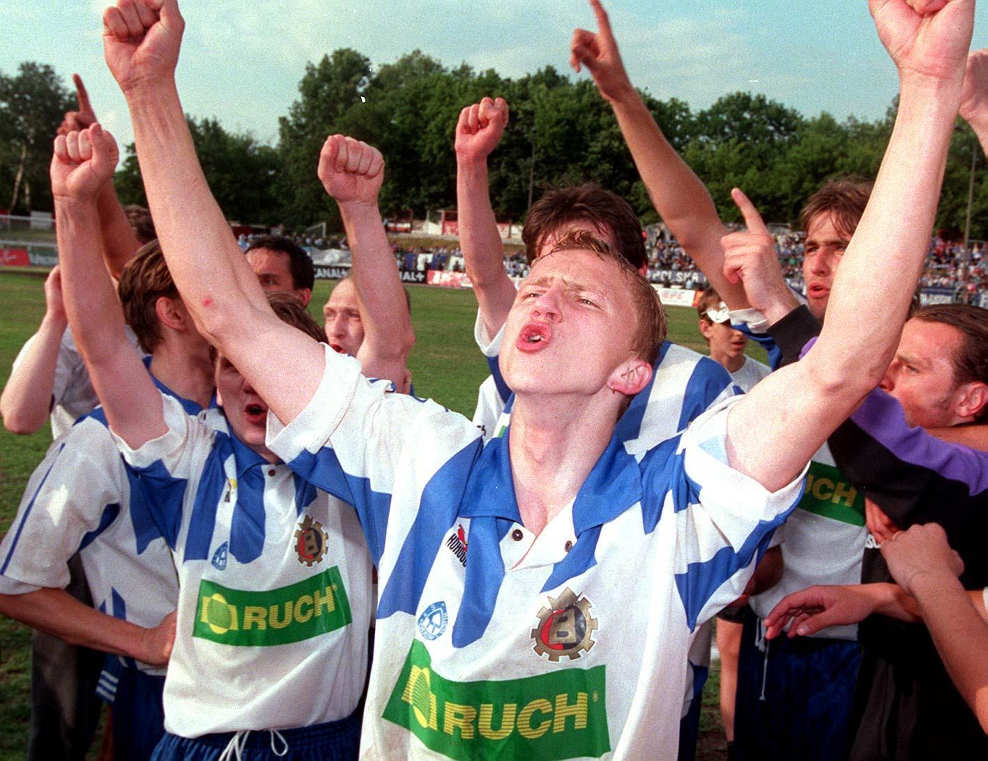 Marcin Baszczyński fetujący Puchar Polski po meczu Ruch Chorzów - GKS Bełchatów 1:0 (16.06.1996).