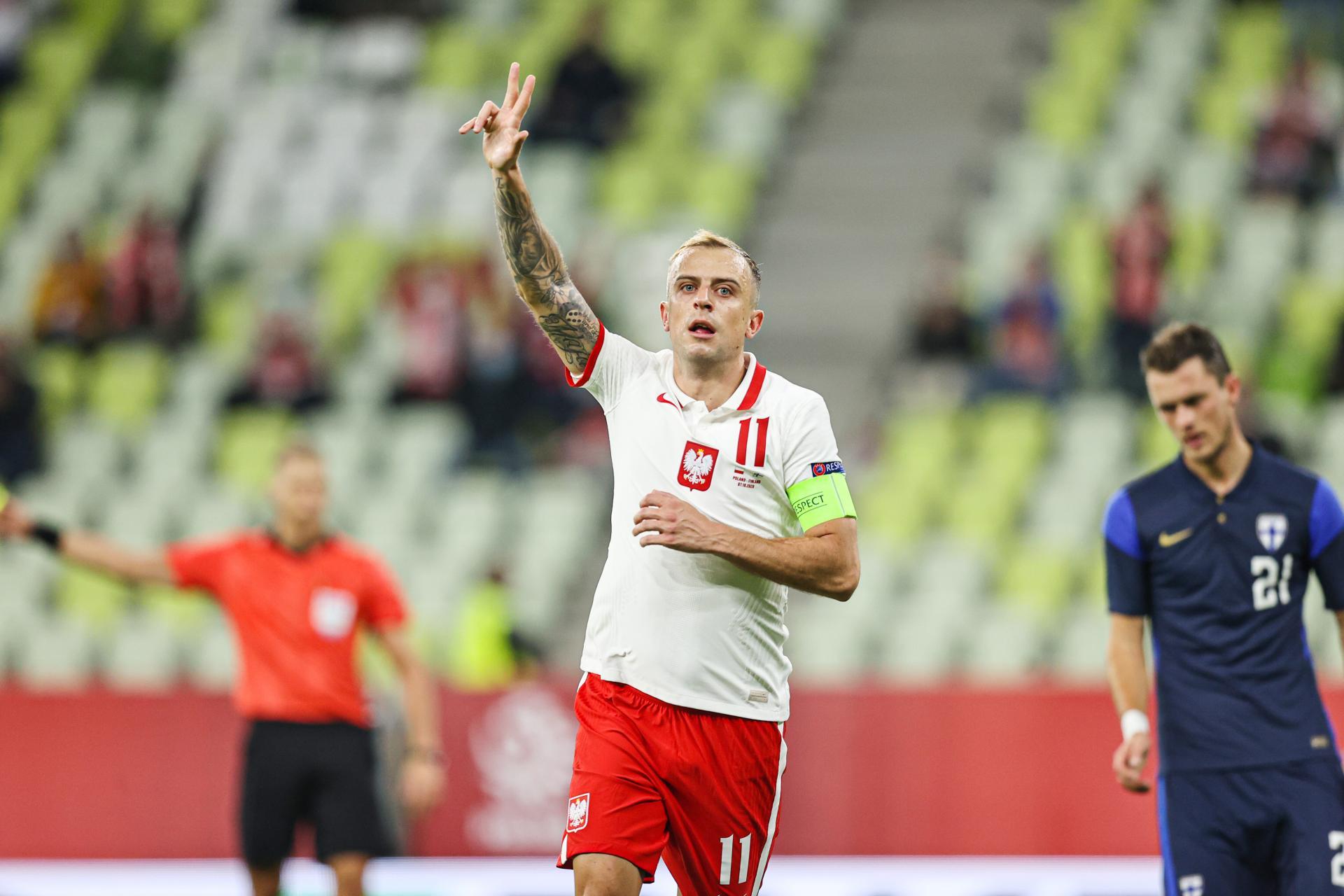 Kamil Grosicki z trzema palcami w górze na znak zdobycia trzeciej bramki w meczu z Finlandią.