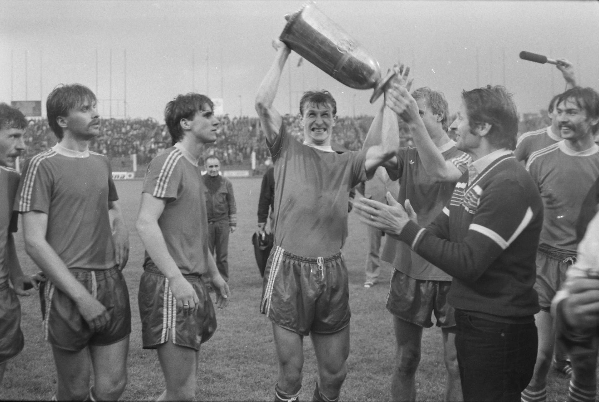 Radość piłkarzy Widzewa po meczu Widzew Łódź - GKS Katowice 0:0, k. 3:1 (26.06.1985).