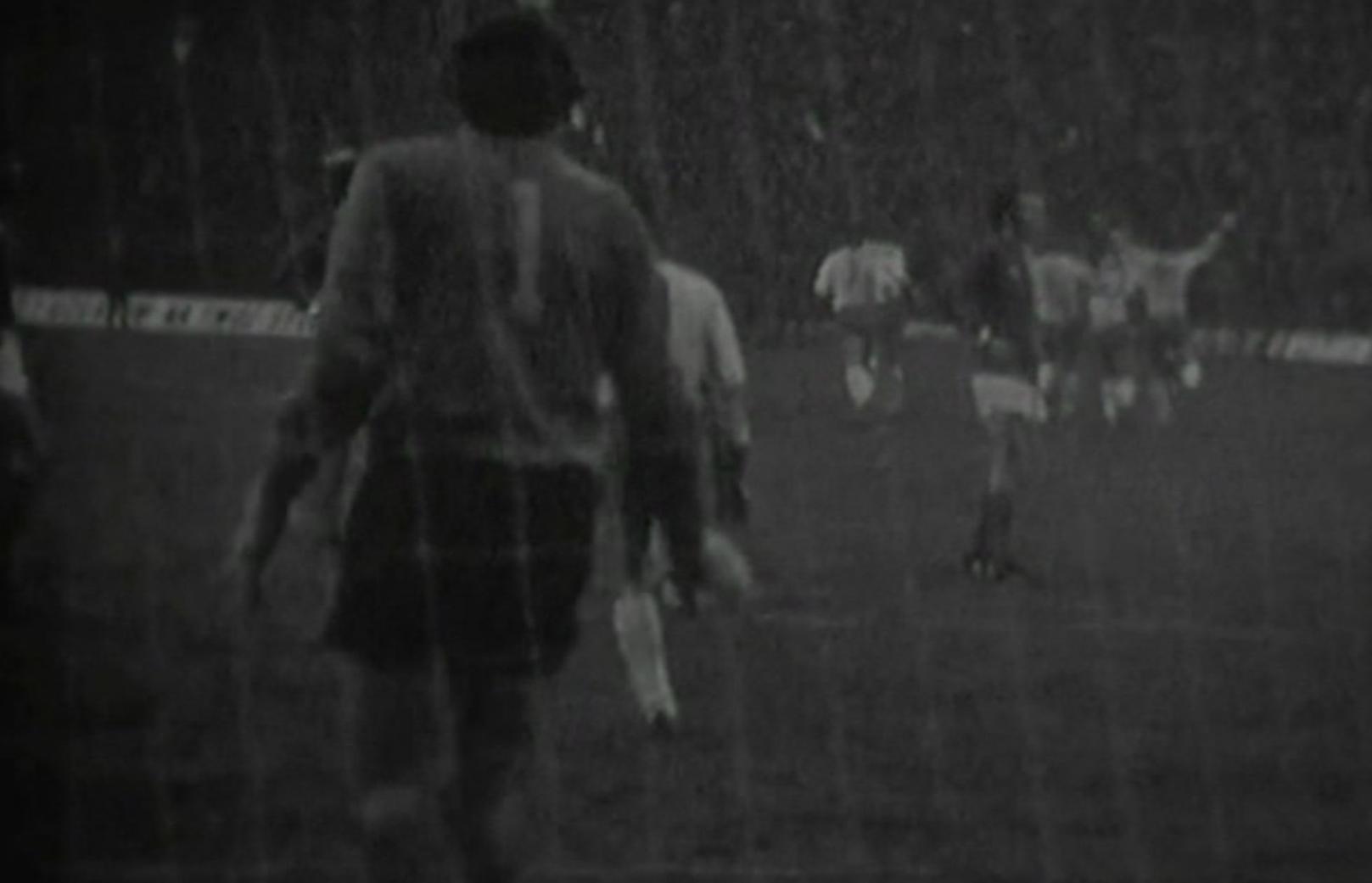 Załamany bramkarz Georges Carnus, a w tle cieszący się piłkarze Górnika. Zabrzanie objęli prowadzenie po strzale z dystansu Zygmunta Anczoka. Niestety, w drugiej połowie goście z Marsylii zdołali wyrównać.