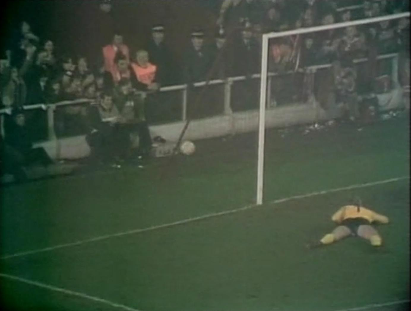 Piłka w bramce Śląska. Drugi gol Jimmy'ego Case'a w meczu Liverpool - Śląsk w Pucharze UEFA 1975/1976.