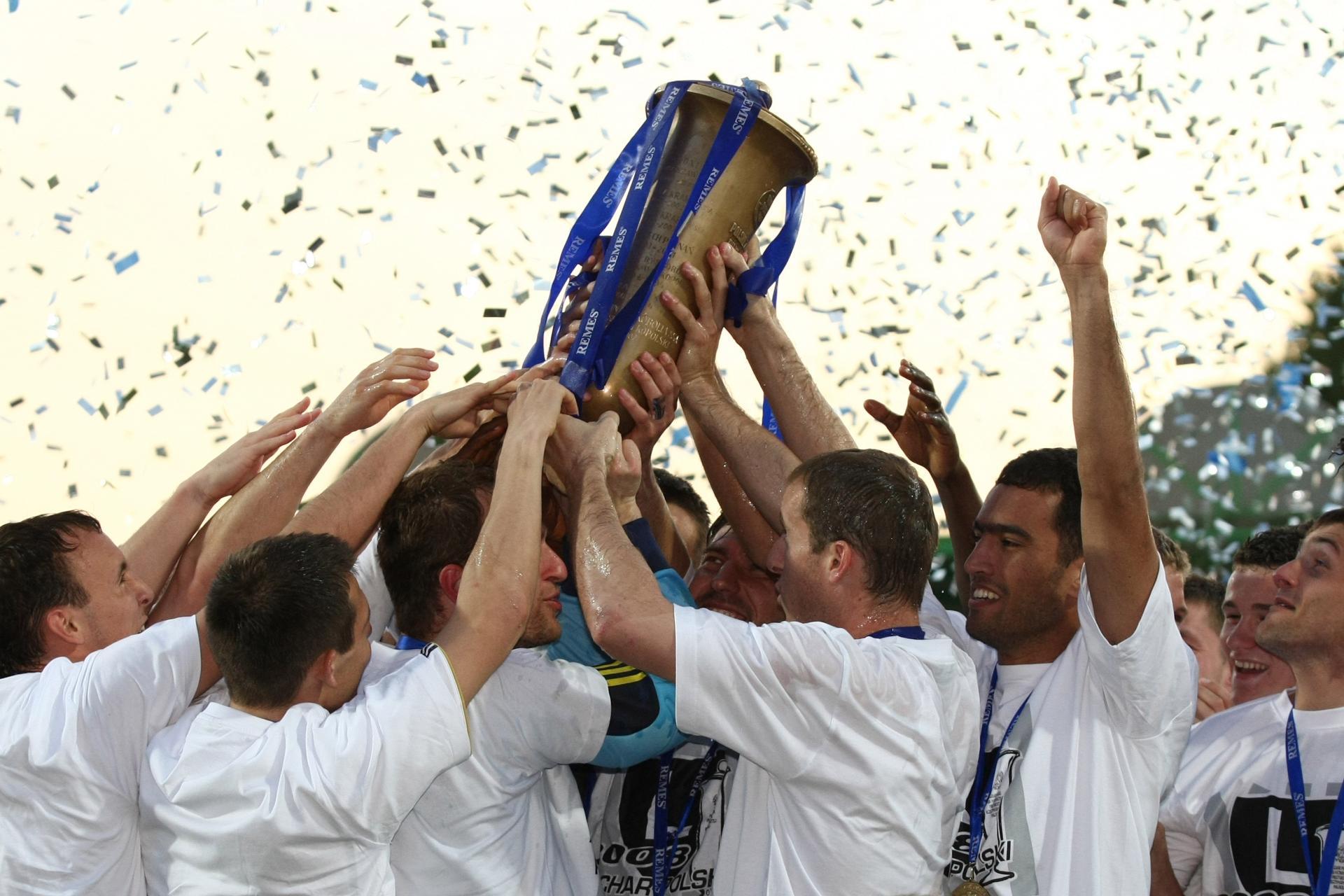 Piłkarze Legii z Pucharem Polski za zwycięstwo w 2008 roku.