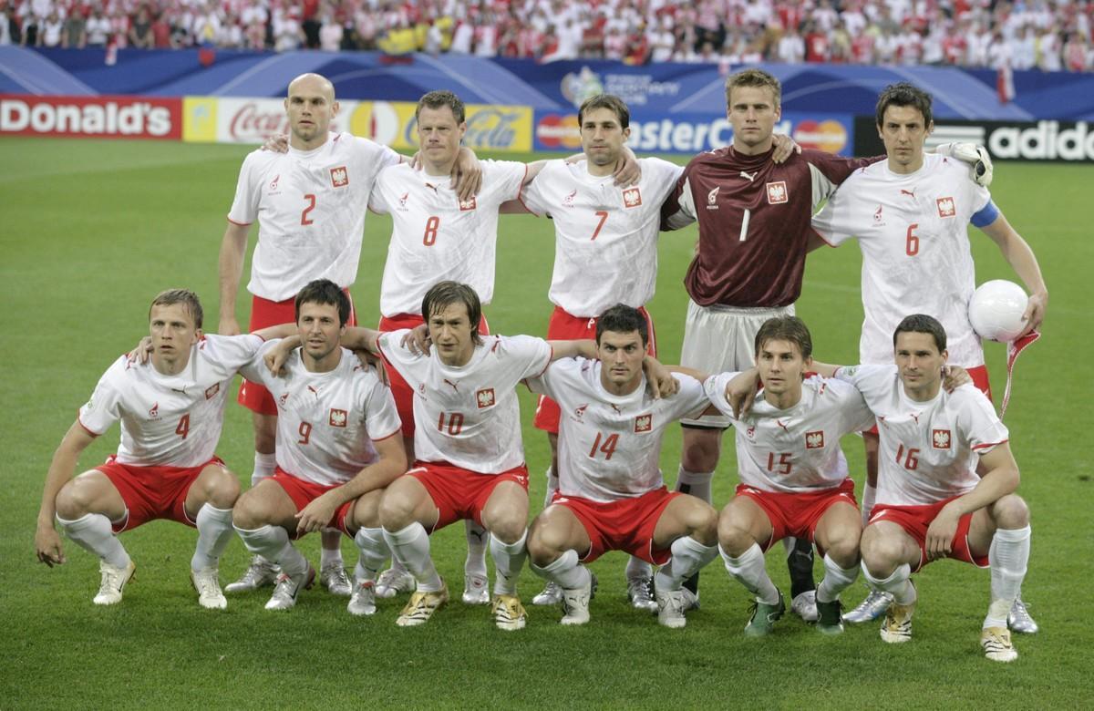 Podstawowa jedenastka reprezentacji Polski na mecz z Ekwadorem, w białych koszulkach i czerwonych spodenkach.