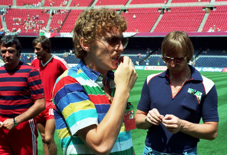 Zbigniew Boniek w kolorowej koszulce obok Andrzeja Szarmacha w granatowej koszulce. Wielcy nieobecni meczu półfinałowego z Włochami na mistrzostwach świata w 1982 roku.