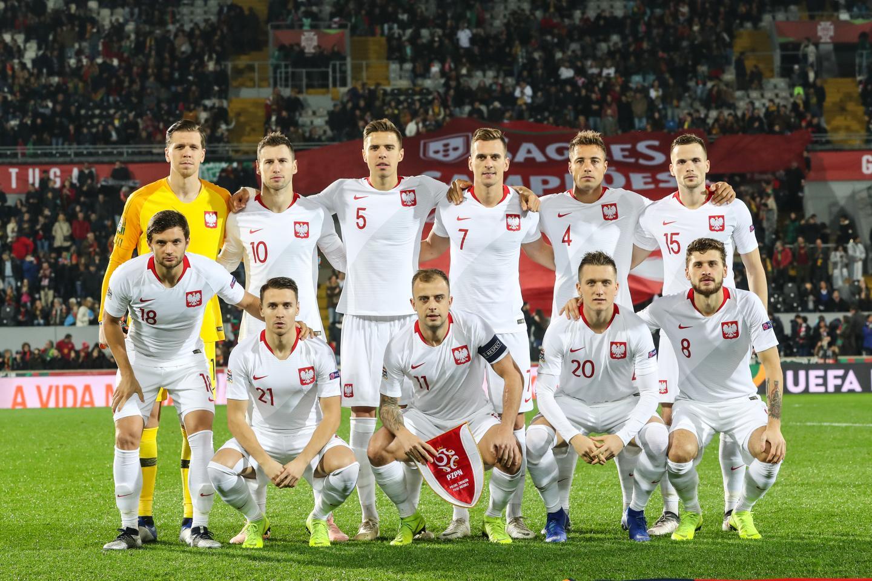 Reprezentacja Polski, w białych strojach, przed meczem z Portugalią w Guimarães.