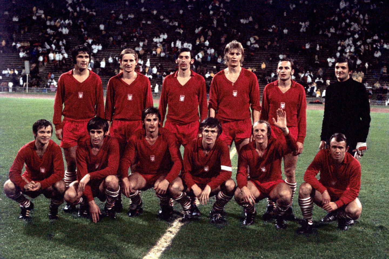 Przedmeczowe zdjęcie reprezentacji Polski przed finałowym meczem igrzysk olimpijskich 1972. Polacy - w czerwonych strojach - ustawieni w dwóch rzędach.