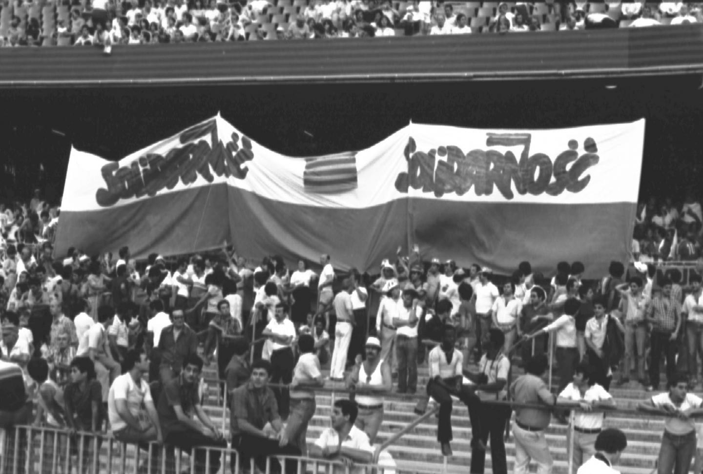 Polskie flagi z logiem Solidarności na trybunach stadionów w Hiszpanii - władze komunistyczne robiły wszystko, aby kibice w kraju nie zobaczyli takich obrazków.