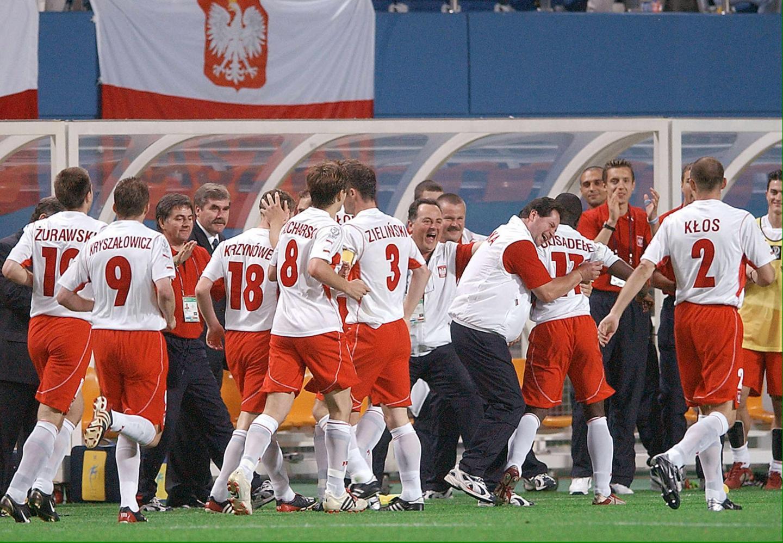 Reprezentanci Polski cieszą się wraz ze sztabem trenerskim po strzelonym golu.
