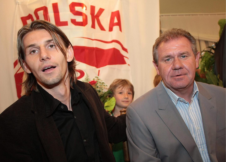 Syn i ojciec - Euzebiusz (w brązowej marynarce, czarnej koszuli) i Włodzimierz Smolarek (w szarej marynarce i koszuli w biało-niebieskie pionowe pasy).