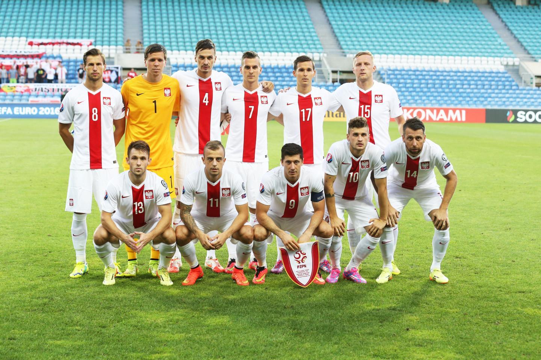 Reprezentacja Polski - w białych koszulkach z czerwonym pionowym pasem pośrodku, orzełkiem na piersi i w białych spodenkach - pozuje do zdjęcia przed meczem z Gibraltarem.