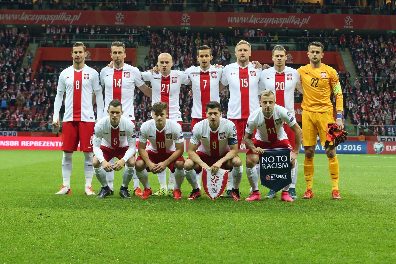 Reprezentacja Polski (w białych koszulkach z czerwonym pionowym pasem pośrodku oraz czerwonych spodenkach) przed meczem z Irlandią.