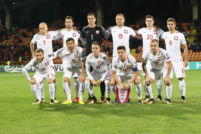 Reprezentacja Polski (w białych strojach) przed meczem z Armenią w Erywaniu. Bramkarz Wojciech Szczęsny w czarnym stroju. Na rękawach szaro-czarne poziome paski.