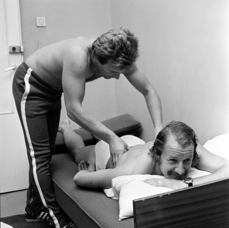 W Zakopanem kadra miała zapewnione znakomite warunki do przygotowań i doskonałą opiekę medyczną. W rękach fizjoterapeuty jeden z bohaterów meczu z Walią - Robert Gadocha.