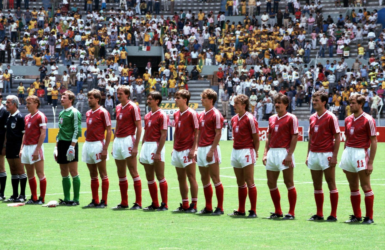 Polscy piłkarze podczas hymnu przed meczem z Brazylią.