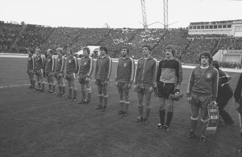 Reprezentacja Polski podczas hymnu przed meczem z NRD w Lipsku.