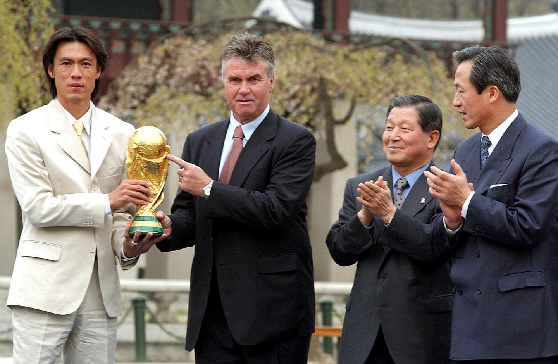 Trener reprezentacji Korei Południowej pokazuje palcem na Puchar Świata.
